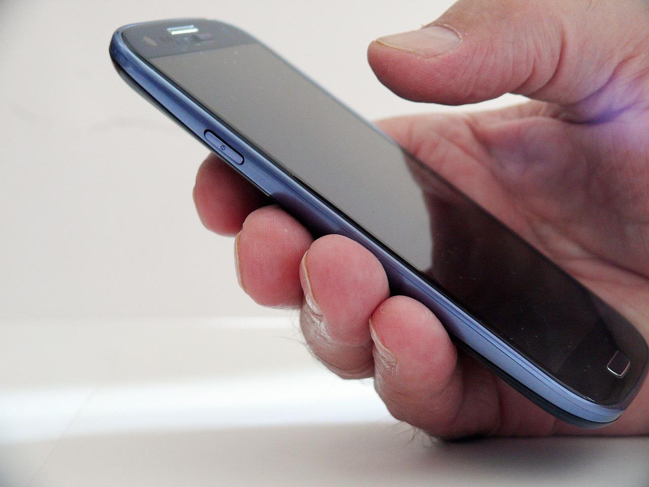 Vergleich: Seniorenhandy oder Smartphone für Senioren